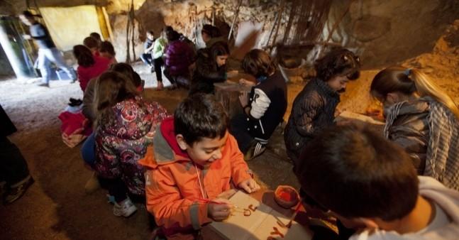 Taller de Prehistòria per infants a les Coves de l'Espluga de Francolí
