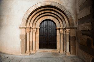 Un tomb per la història de Sant Feliu Sasserra (Portalada Esglesia Parroquial Sant Feliu Sasserra)