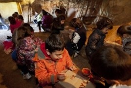 Prehistory workshop for children in the Cuevas de la Espluga…